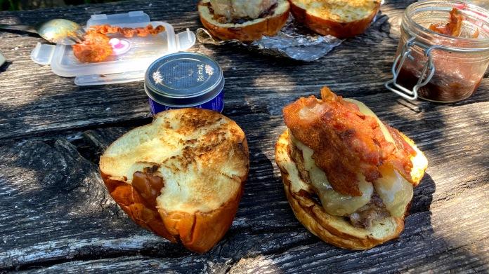 baconös, lilahagymalekváros, cheddaros burger